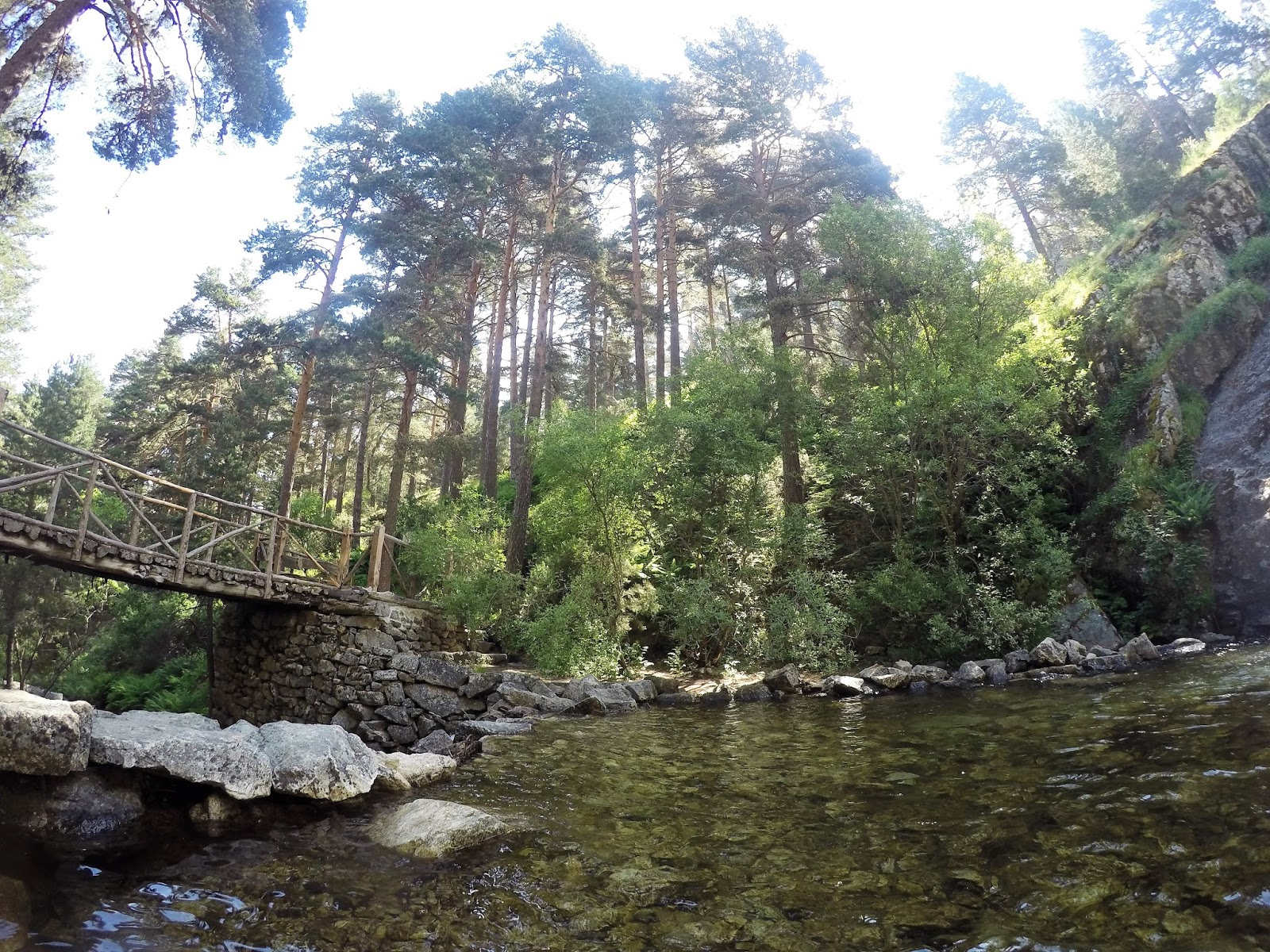 Piscinas barbacoas cascada parque el chorro pinar navafr a for Piscinas naturales navafria